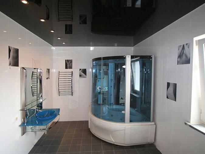 Чёрный глянцевый потолок в ванной комнтае