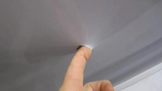 Дырка в потолке ПВХ
