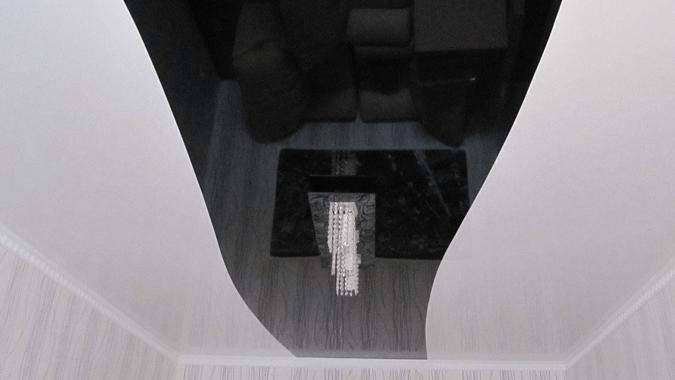 Криволинейный натяжной потолок в чёрно белых тонах
