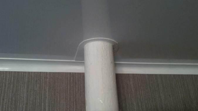 Один из вариантов обхода трубы натяжном потолоком