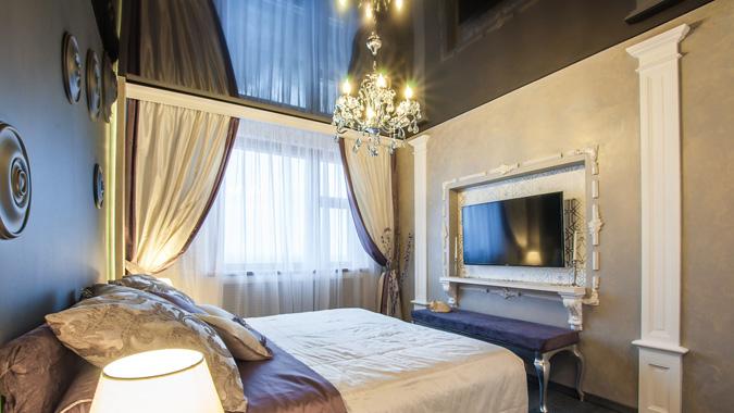 Чёрный натяжной потолок в спальне
