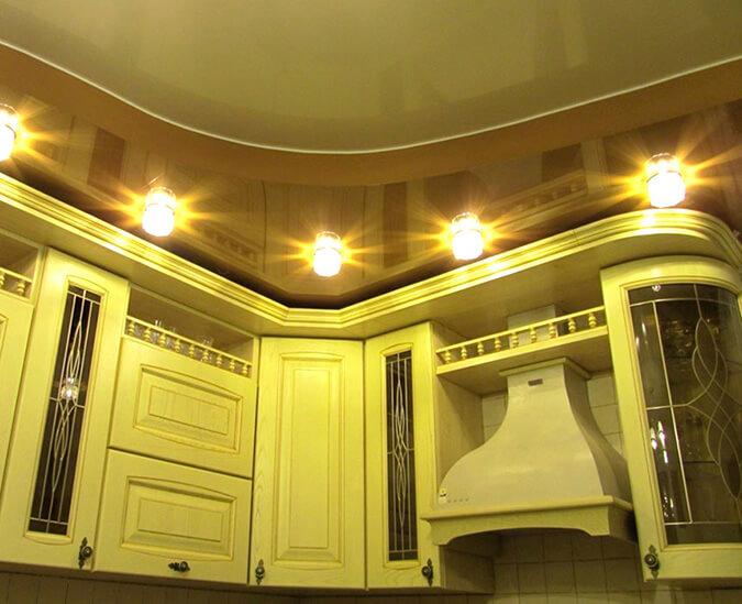 Двухровневый потолок на кухне со встроенными светильниками