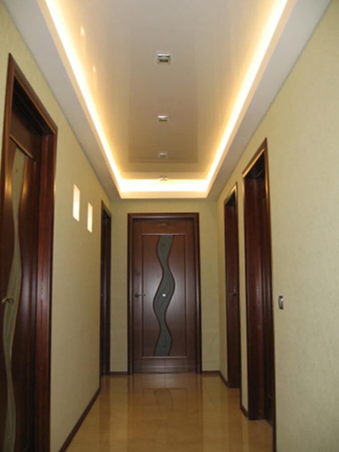 Парящий натяжной потолок в коридоре