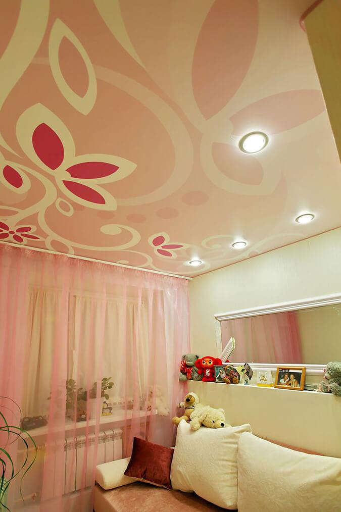 Фотопечать цветы на натяжном потолке в детской