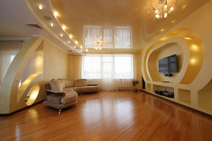 Глянцевый натяжной потолок в просторной гостиной