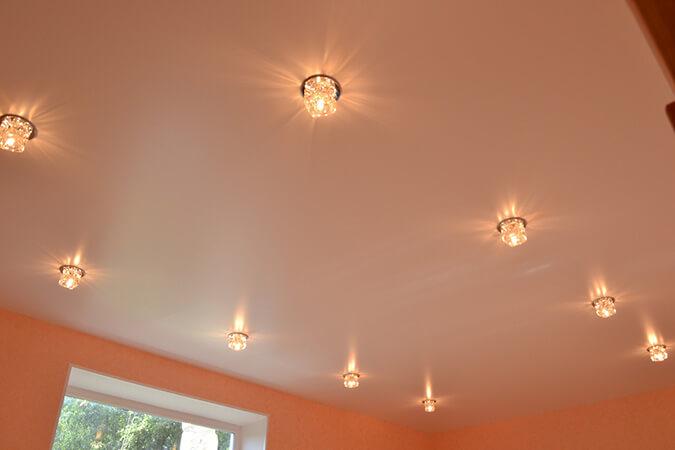 Белый сатиновый потолок с подсветкой