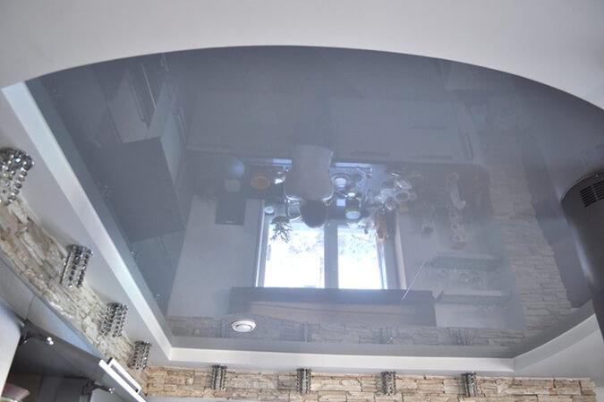 Серый натяжной потолок в зале