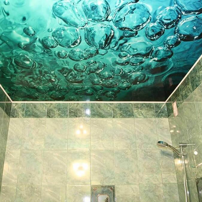 Фотопечать на натяжном потолке в ванной