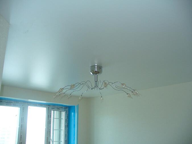 Белый сатиновый потолок в квартире