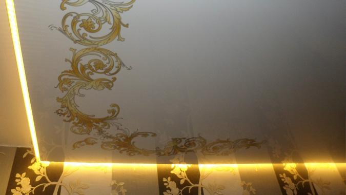 Вариант парящего натяжного потолка в комнате