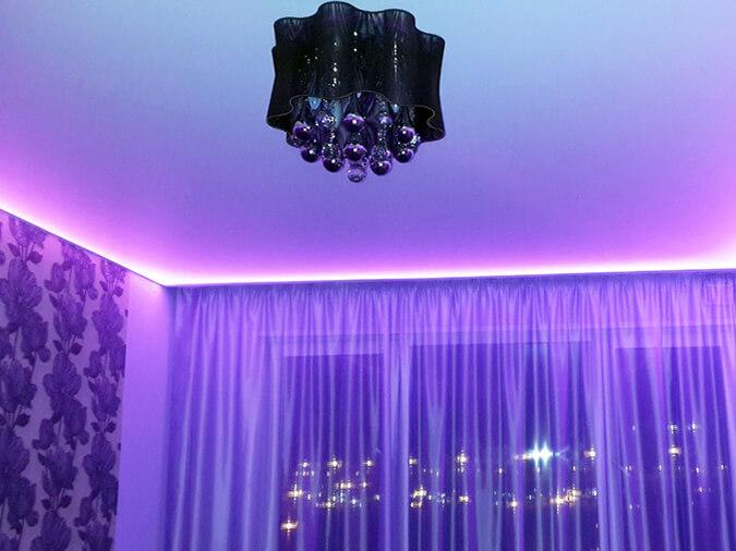 Парящие натяжные потолки с фиолетовой подсветкой