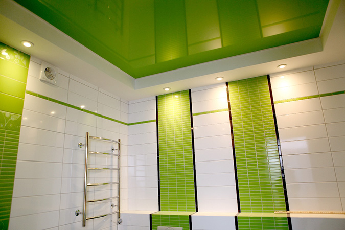 Зелёный натяжной потолок в ванной