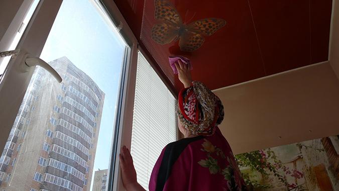 Моём потолок на балконе