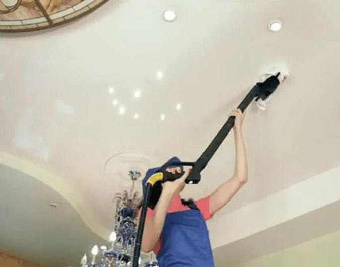 Моём потолок пылесосом