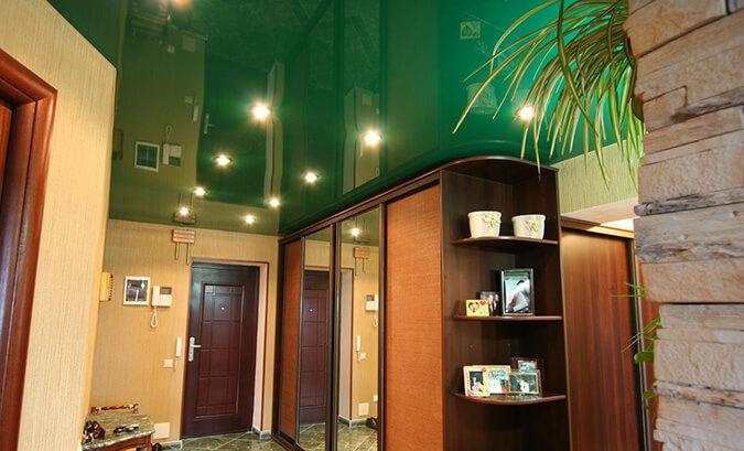 Зелёный натяжной потолок в коридоре