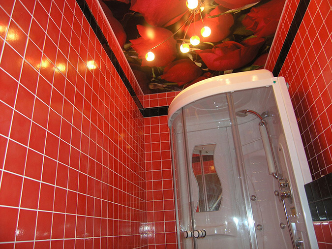 Натяжные потолки с люстрой в ванной