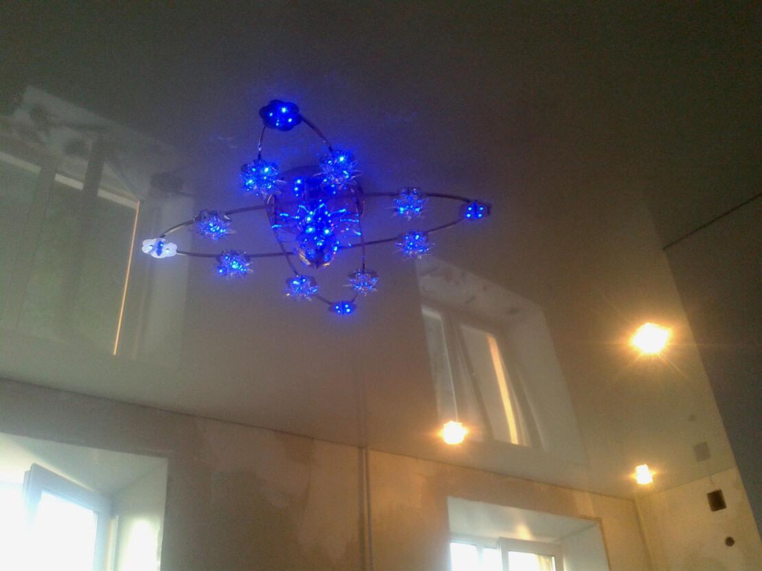 Синяя люстра для гостинной