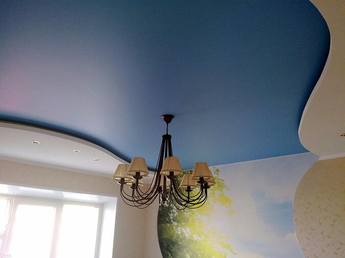 Голубой сатиновый натяжной потолок
