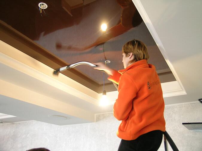 Моем натяжной потолок пылесосом