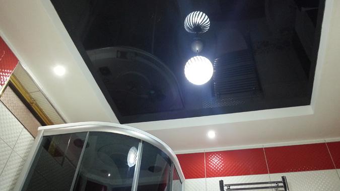 Чёрный глянцевый потолок в ванной