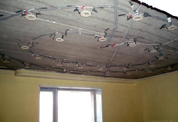 Проводка под натяжным потолком устанавливаем