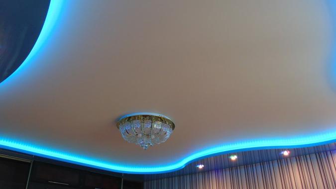 Парящий натяжной потолок с голубой подстветкой