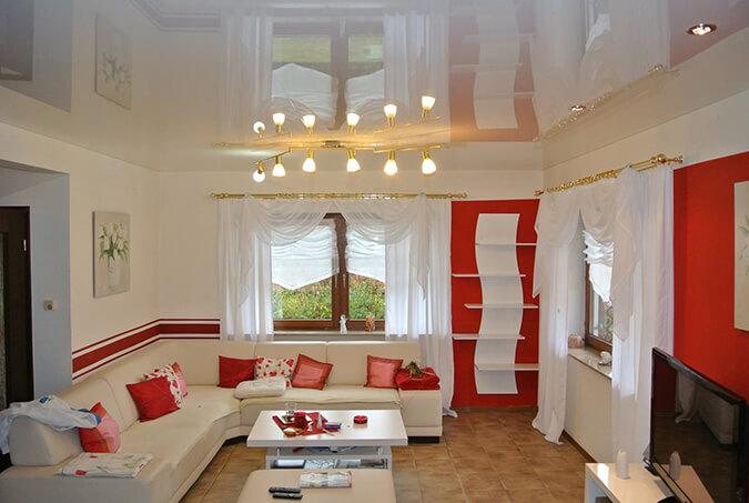 Белый глянцевый натяжной потолок для зала