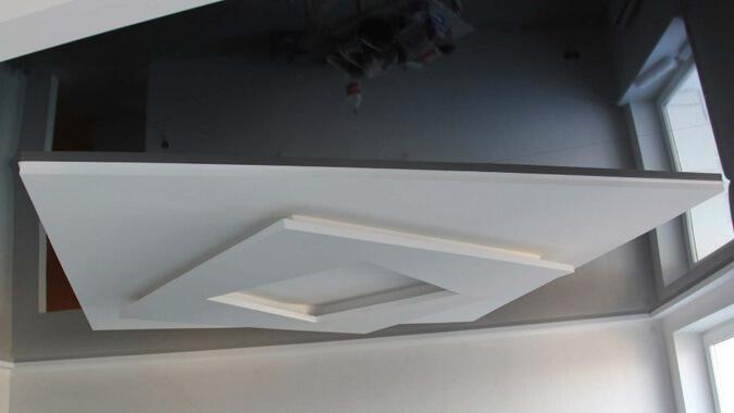 Чёрный натяжной потолок с белым квадратом