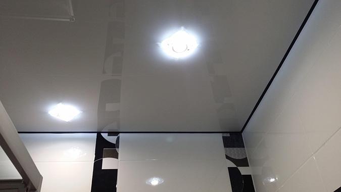 Натяжной потолок без плитуса в ванной