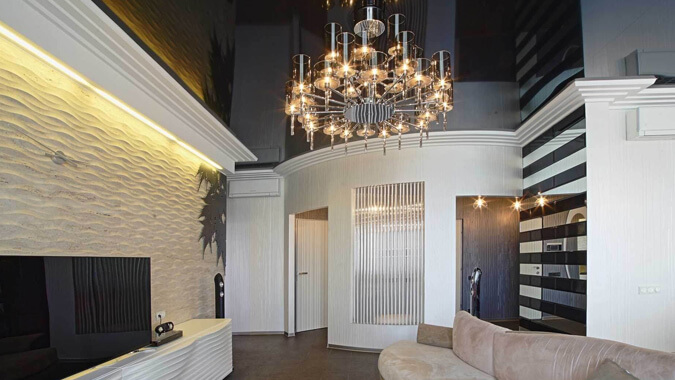 Чёрный натяжной потолок в гостинной