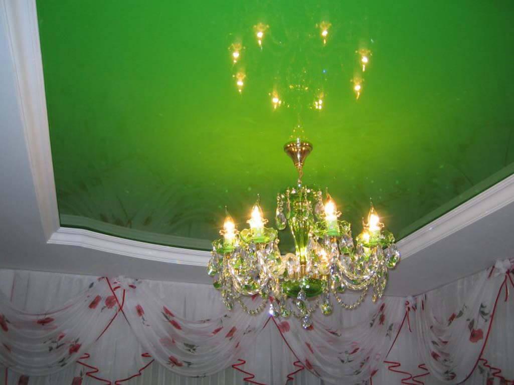 Зелёный натяжной потолок в зале