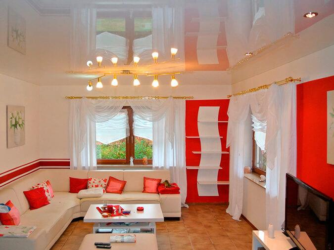Белый глянцевый натяжной потолок в зале