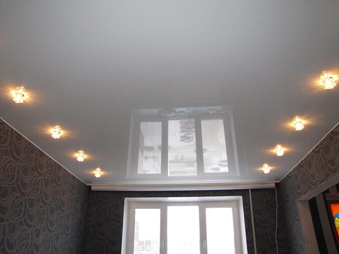 Белый потолок глянцевый в зале