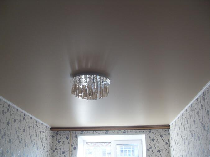 Белый сатиновый потолок с люстрой