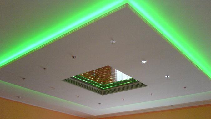 Парящий натяжной потолок с зелёной подствекой