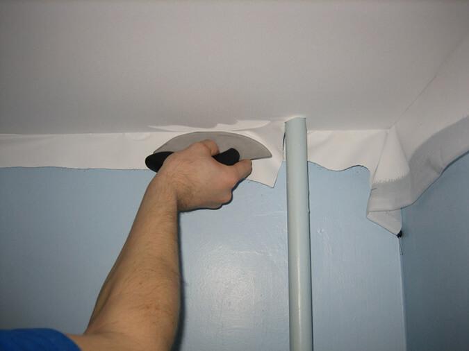 Обход трубу натяжным потолком