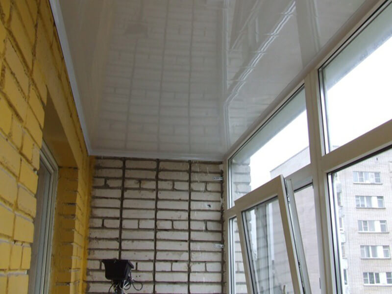 Глянцевый потолок на балконе