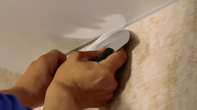 Установка ПВХ плинтуса для натяжного потолка