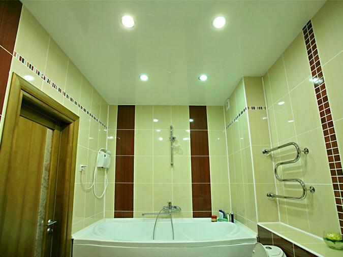 Натяжные потолки в ванной глянцевые