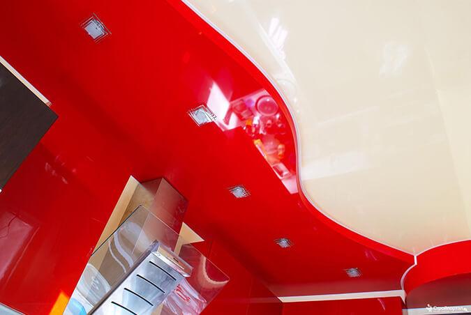красно белый натяжной потолок на кухне