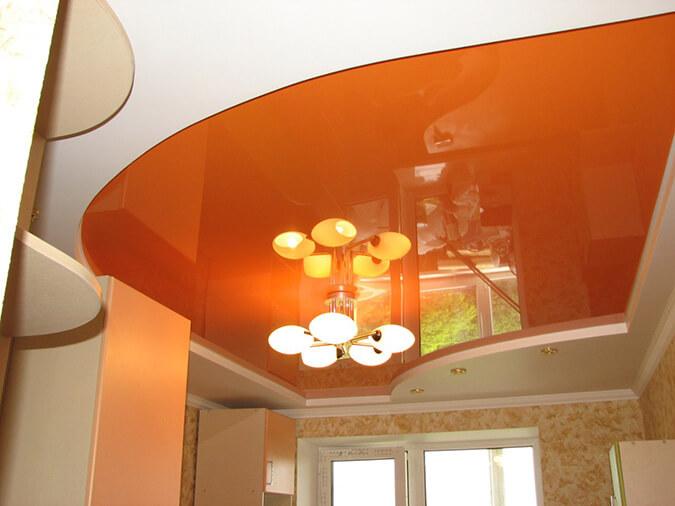Оранжевый натяжной потолок в зале