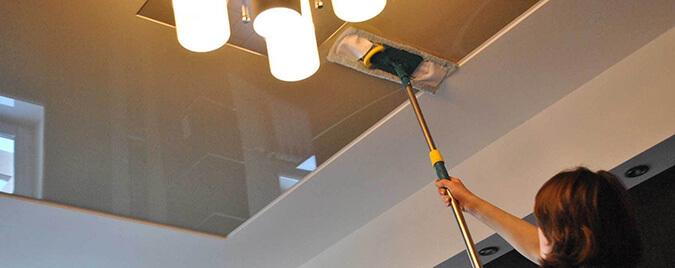 Моем потолок шваброй с мягкой тряпкой